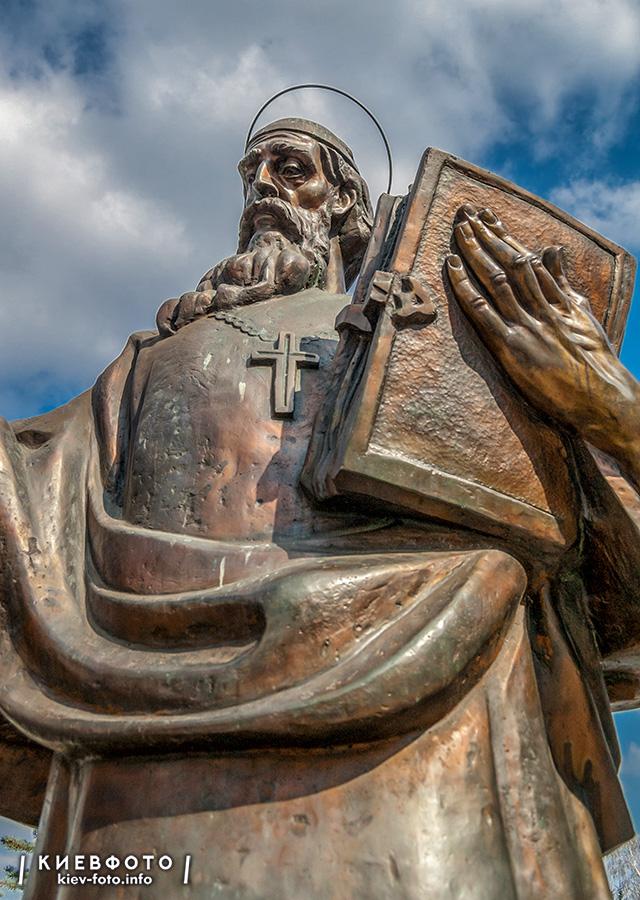 Памятник Кириллу и Мефодию в Лавре