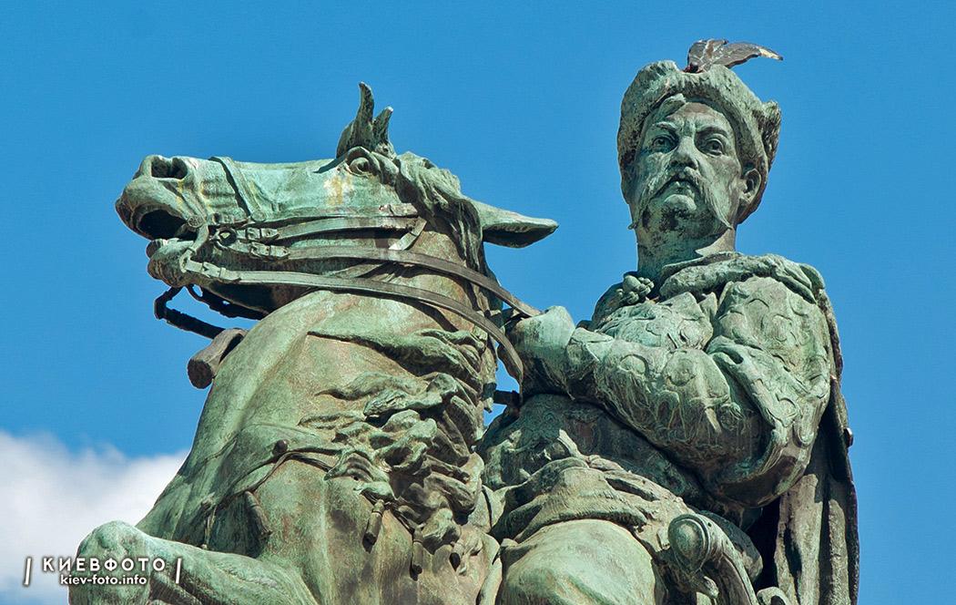 Памятник Богдану Хмельницкому на Софийской площади в Киеве