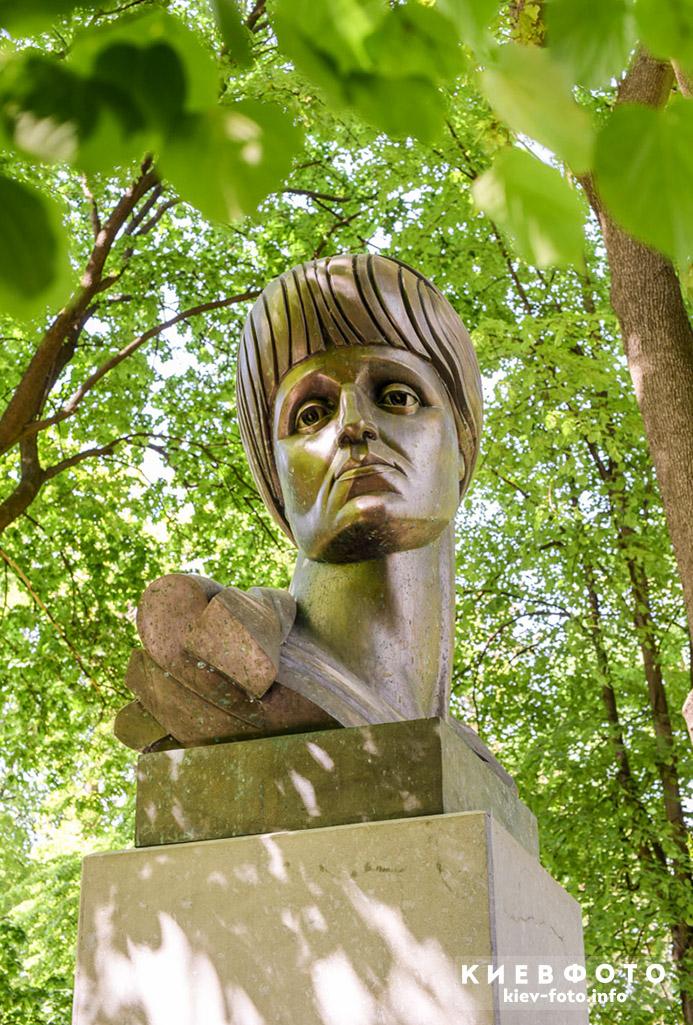 Памятник Анне Ахматовой в Мариинском парке (Городском саду)