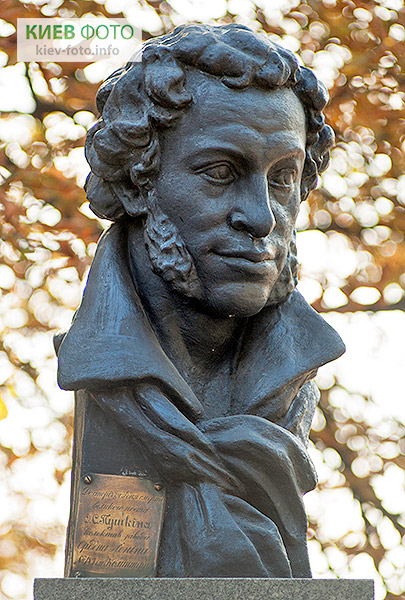 Памятник Пушкину (в гимназии № 153)