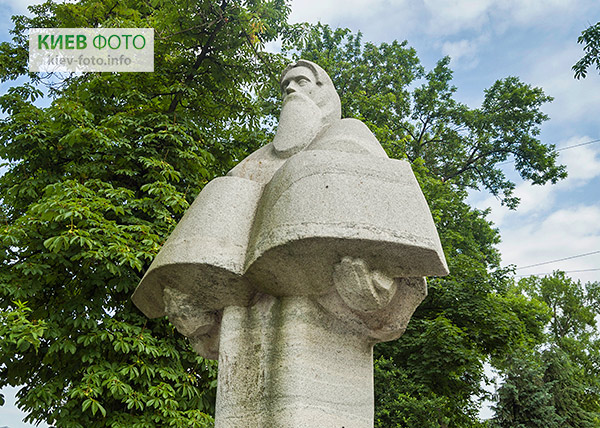 Памятник Нестору Летописцу