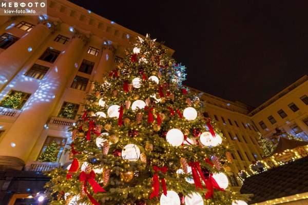 Новогодняя елка и праздничный городок возле Офиса Президента (35 фото)