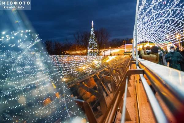 Новогодний Киев: парк возле Арки дружбы народов, праздничные «стеклянный мост» и Владимирская горка (30 фото)