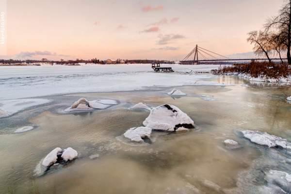 Зимние пейзажи заснеженной и морозной Оболони
