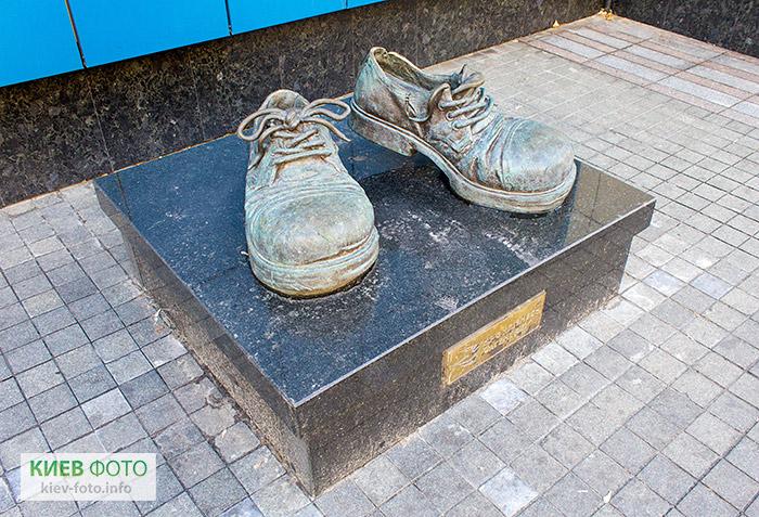 http://kiev-foto.info/images/pamyatniki/pamyatniki/lukianovka/pamyatnik_botinkam_strakhovogo_agenta_4.jpg